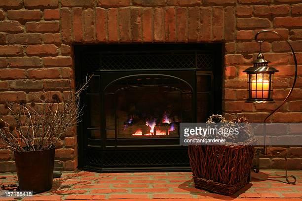 Foyer cosy et vieille brique cheminée.