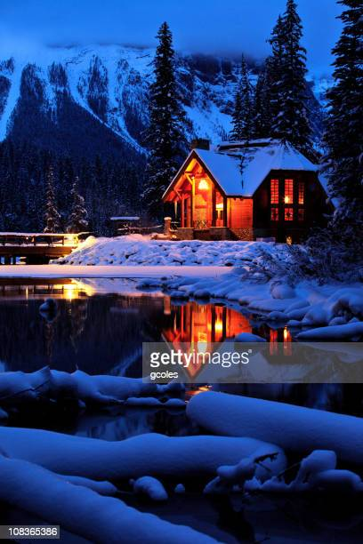 心地よい冬の山のロッジ