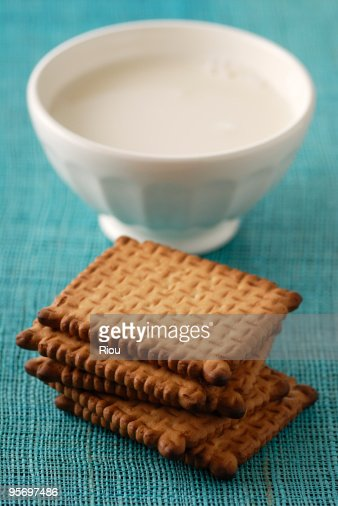 Crackers by sauce in bowl : Stock Photo