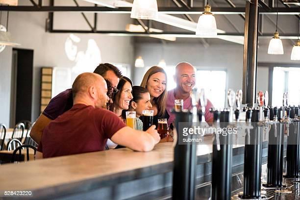 Dégustation de bière artisanale avec mes amis à la brasserie