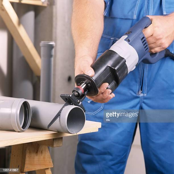 Handwerker Schneiden ein Kunststoff-pipe