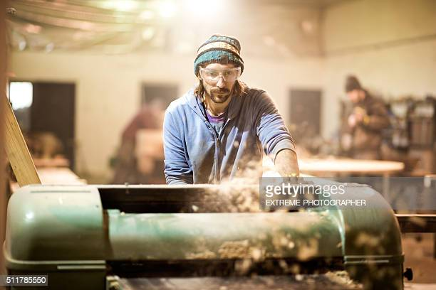 Handwerker Schneiden Planken in der Workshop