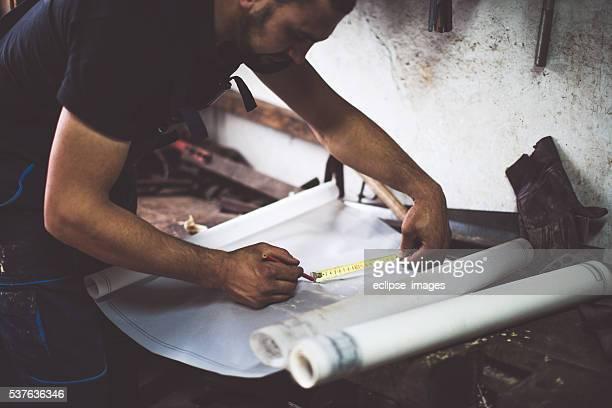 Handwerker, die Maßnahme auf seine Pläne