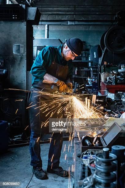 Artigiano Riparatore, lavorando con un macinino per