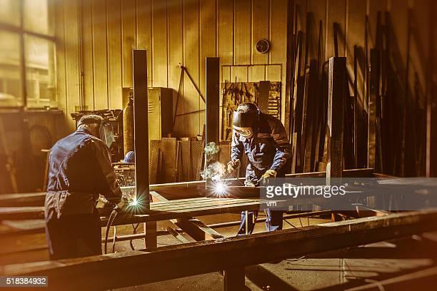 Schweißer-Handwerker bei der Arbeit in einem kleinen Fabrik