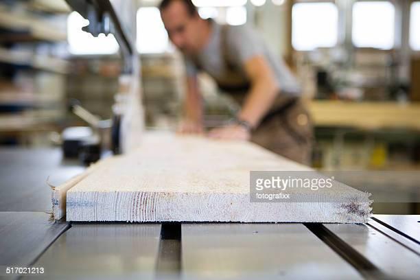 Handwerker Arbeiten an Electric Saw