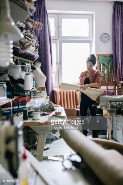 Craftswoman beslissen over materiaal voor volgende Project stoffering