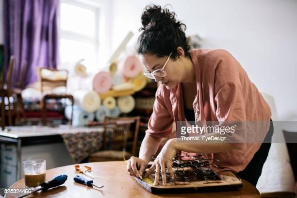 Craftswoman meten Chair stoel in huis bekleding Studio