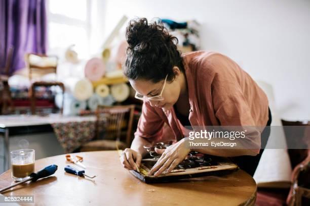 Craftswoman meten Chair stoel voor Reupholstering