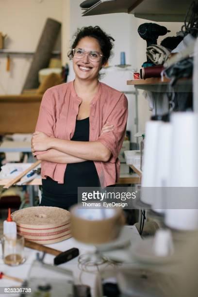 Craftswoman permanent In de Workshop glimlachen