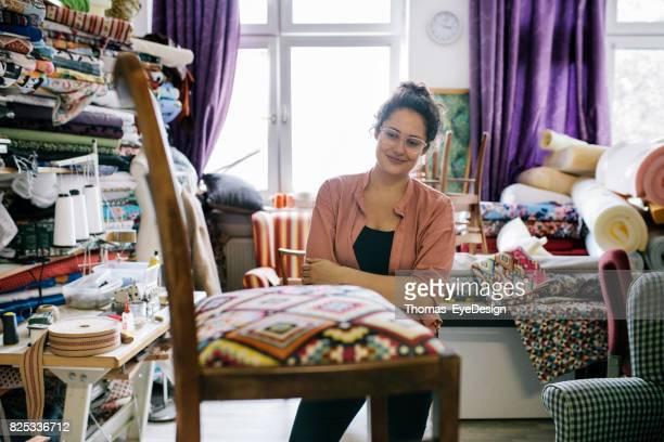 Craftswoman staat terug naar haar werk bewonderen