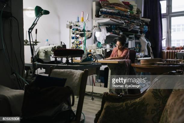 Craftswoman werken op de naaimachine In Workshop
