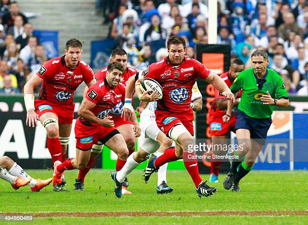 Craig Burden of the Rugby Club Toulonnais breaks with the ball during the Top 14 Final game against Castres Olympique at Stade de France on May 31...