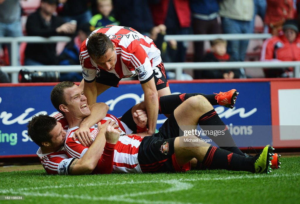 <a gi-track='captionPersonalityLinkClicked' href=/galleries/search?phrase=Craig+Gardner&family=editorial&specificpeople=685283 ng-click='$event.stopPropagation()'>Craig Gardner</a> of Sunderland celebrates scoring the opening goal with team mates during the Barclays Premier League match between Sunderland and Manchester United at the Stadium of Light on October 5, 2013 in Sunderland, England.