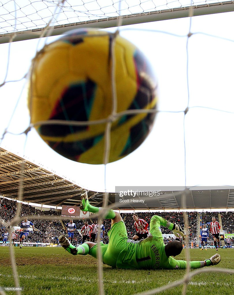 <a gi-track='captionPersonalityLinkClicked' href=/galleries/search?phrase=Craig+Gardner&family=editorial&specificpeople=685283 ng-click='$event.stopPropagation()'>Craig Gardner</a> of Sunderland scores their first goal from the penalty spot during the Barclays Premier League match between Reading and Sunderland at Madejski Stadium on February 2, 2013 in Reading, England.