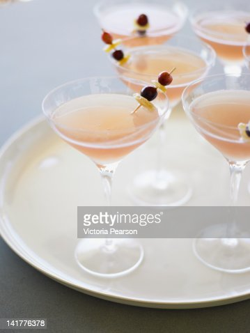 Cranberry ginger martinis on a tray. : Bildbanksbilder