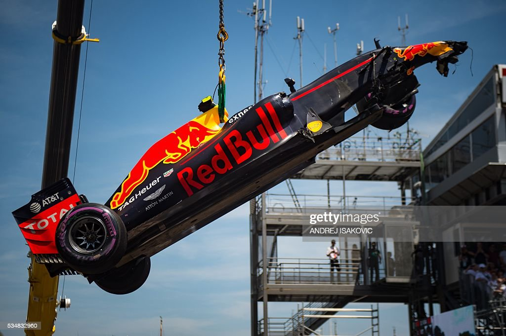 A crane lifts the car of Infiniti Red Bull Racing's Belgian-Dutch driver Max Verstappen after his crash during the qualifying session at the at the Monaco street circuit, on May 28, 2016 in Monaco, one day ahead of the Monaco Formula 1 Grand Prix. / AFP / POOL / ANDREJ