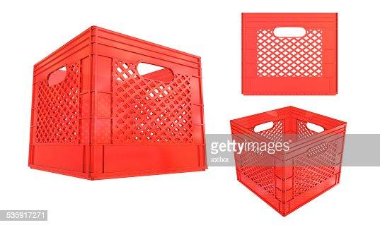 Jaula recipiente de plástico rojo aislado sobre fondo blanco : Foto de stock