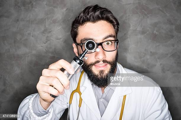 Crazy Doktor Blick in die Kamera mit Ohr instrument