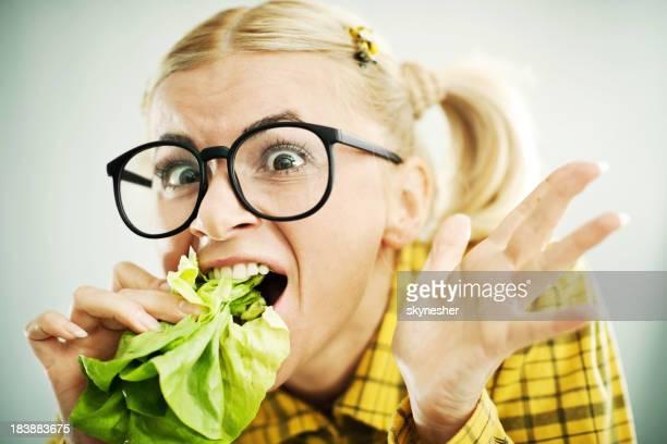 Crazy Uncool Frau mit dem Kohl Blätter im Maul hatte.