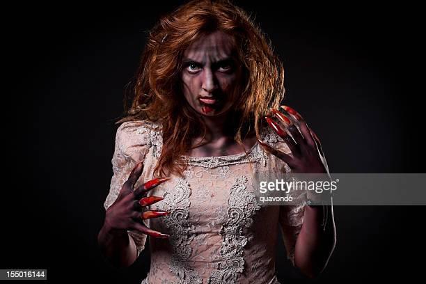 Fond effrayant de la femme avec les ongles longs rouges; Portrait d'Halloween