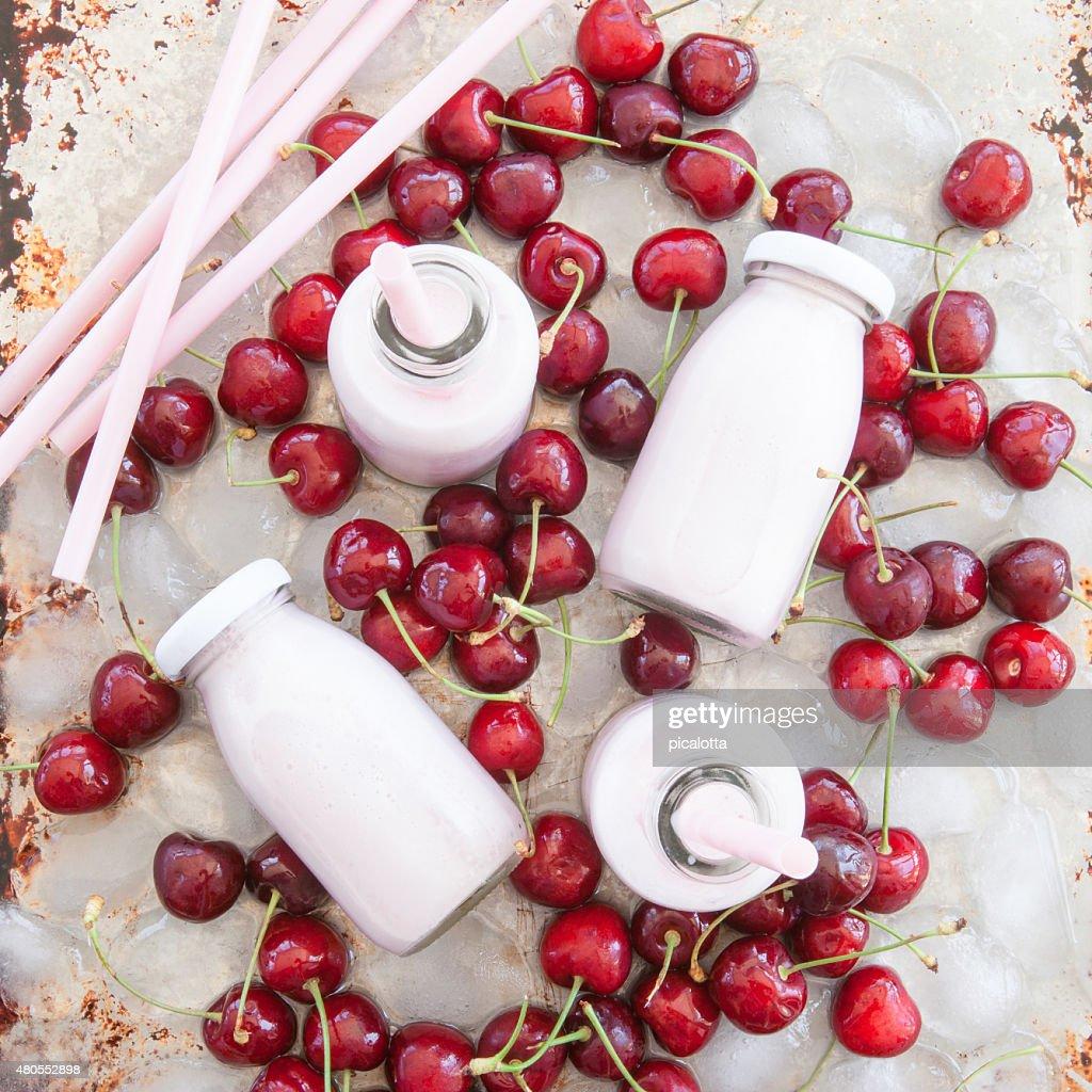 Agitar con leche cremosa cherries : Foto de stock