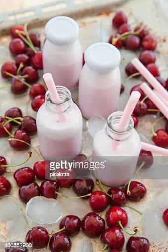 Batidos de Leite com cerejas Cremosos : Foto de stock