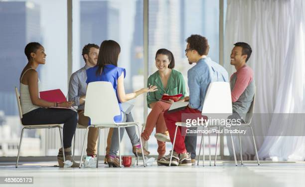 Des gens d'affaires de réunion circle de chaises