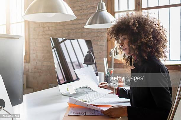 Kreative Geschäftsfrau arbeiten im Büro