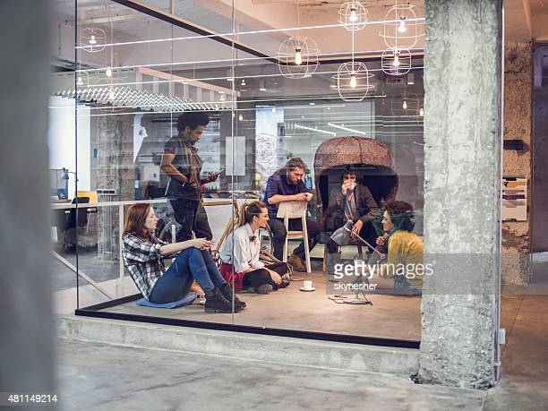 Kreative Gruppe von Menschen, die eine Pause im Büro.