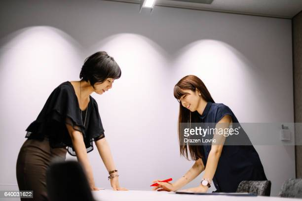 な日本の businesswomen オフィスで働く新規