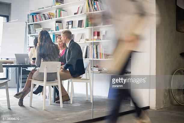 クリエイティブ」でのミーティング