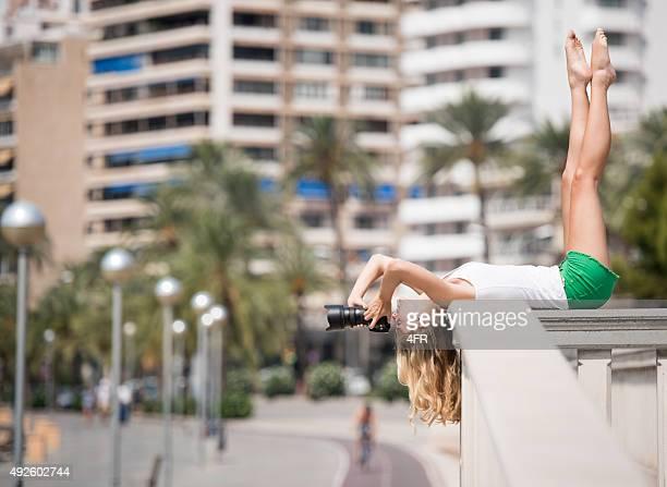 Point de vue créatif, de femme prenant une photo-dessus de la tête