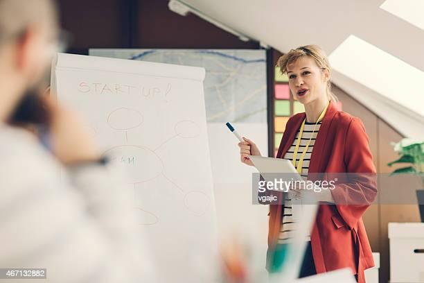 Arranque creativa presentación de negocios en una oficina.