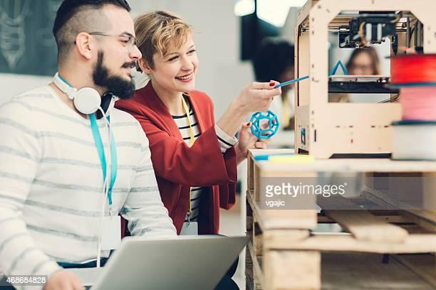 Kreative Start-Up-Team bei der Arbeit von 3D-Druckern.