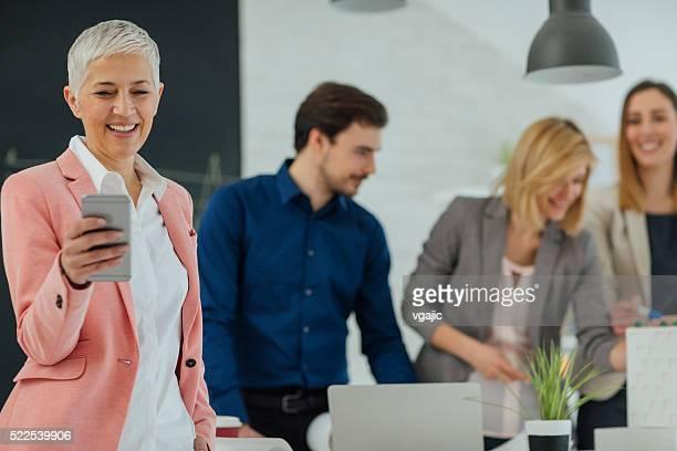 Équipe créative examiner Plan d'action au bureau.