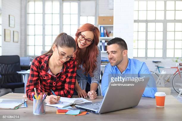 Creative-team arbeiten zusammen im Büro