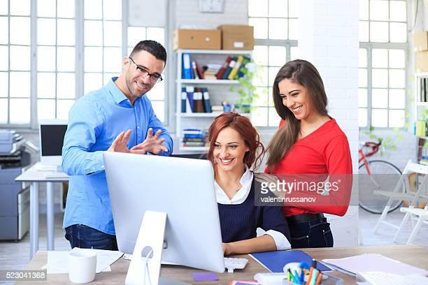 Kreative Arbeitnehmer Spaß haben zusammen im Büro