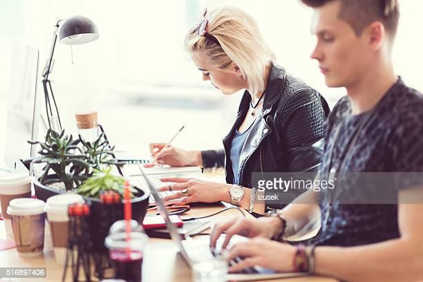 Kreative junge Menschen über kollaborative