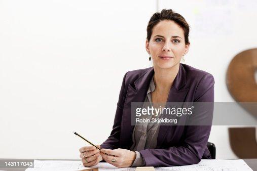 Creative young woman draws on sketch : Foto de stock
