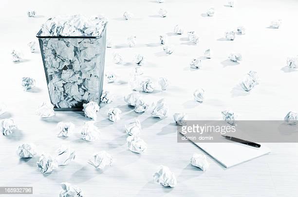 Créativité block? Des boules de Papier froissé répartis sur blanc étage