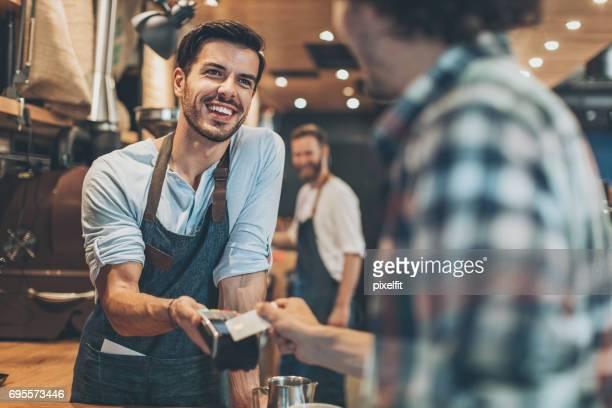 Paiement par carte de crédit dans le coffee shop