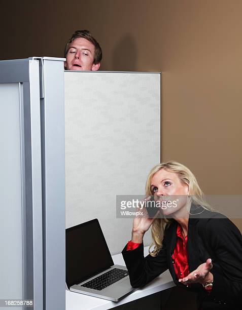 Inquietante giovane uomo Eavesdropping