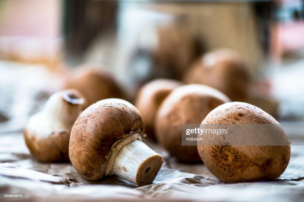 Hongos Cremini Y Una Olla Para Cocinar : Foto De Stock