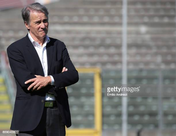 Cremonese coach Attilio Tesser looks on before the Serie B match between US Cremonese and Ternana Calcio at Stadio Giovanni Zini on October 8 2017 in...