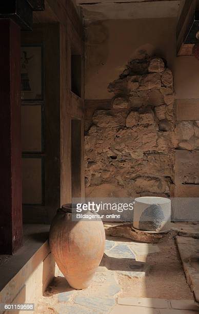 Crete Knossos palace complex of the Minoer amphoras in the Megaron of the queen