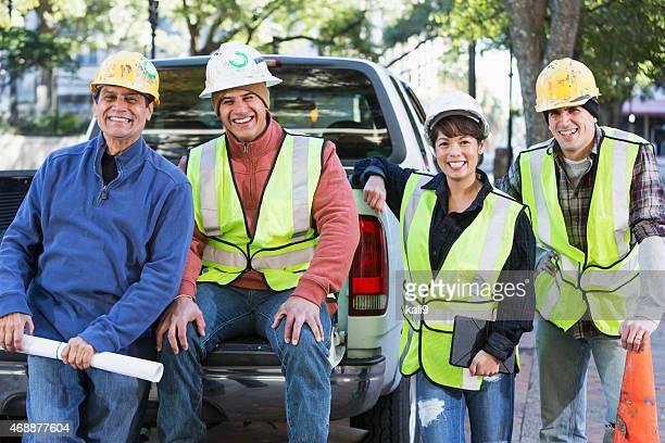 Gruppe von Arbeitnehmern mit hardhats und Sicherheit Weste in der Stadt