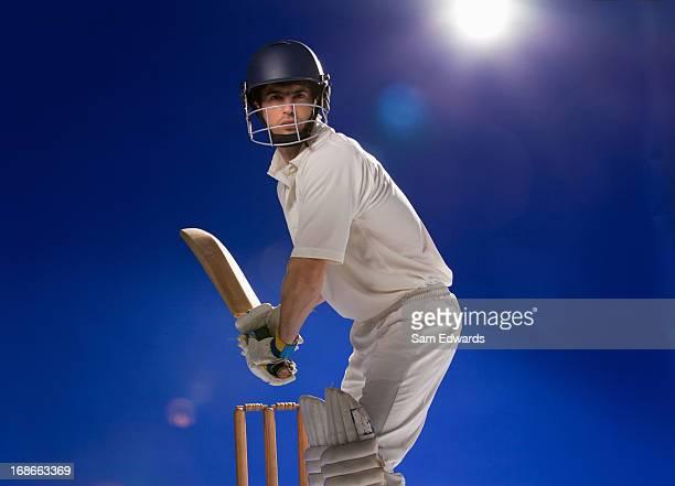 Cricket-Spieler hält Schläger