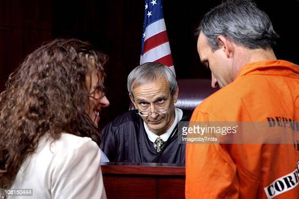 Verbrecher, Anwalt, steht vor Schiedsrichter