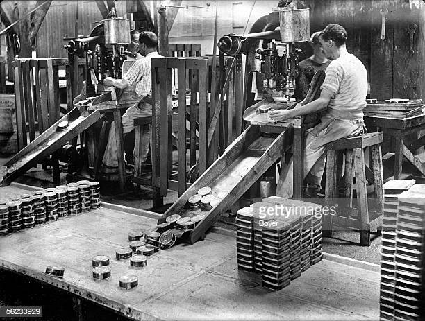 Crimping of tuna's cans in a canning factory Sauzon Amieux factory 1911
